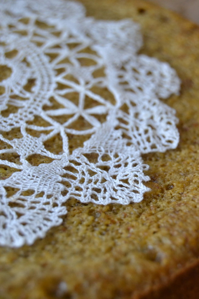Making lace patterns on desserts