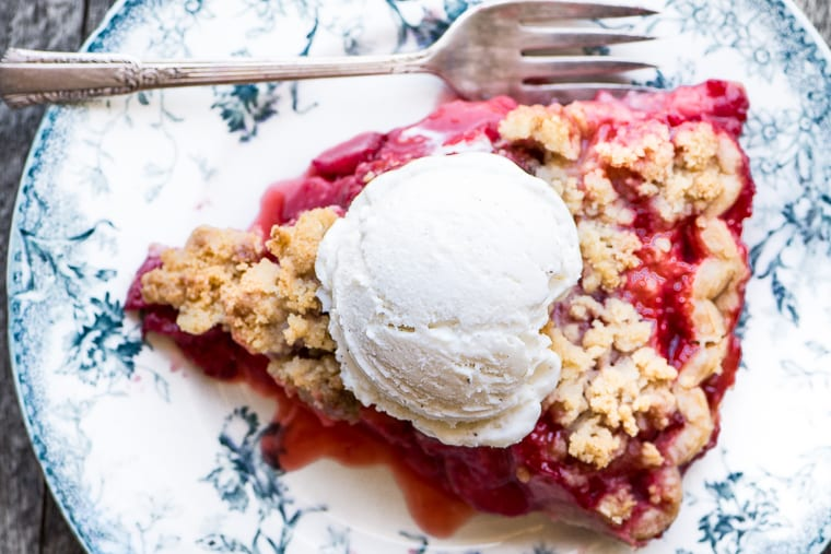 Strawberry crumble pie with a scoop of vanilla ice cream