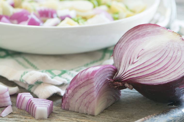 Red onions for a tortellini salad