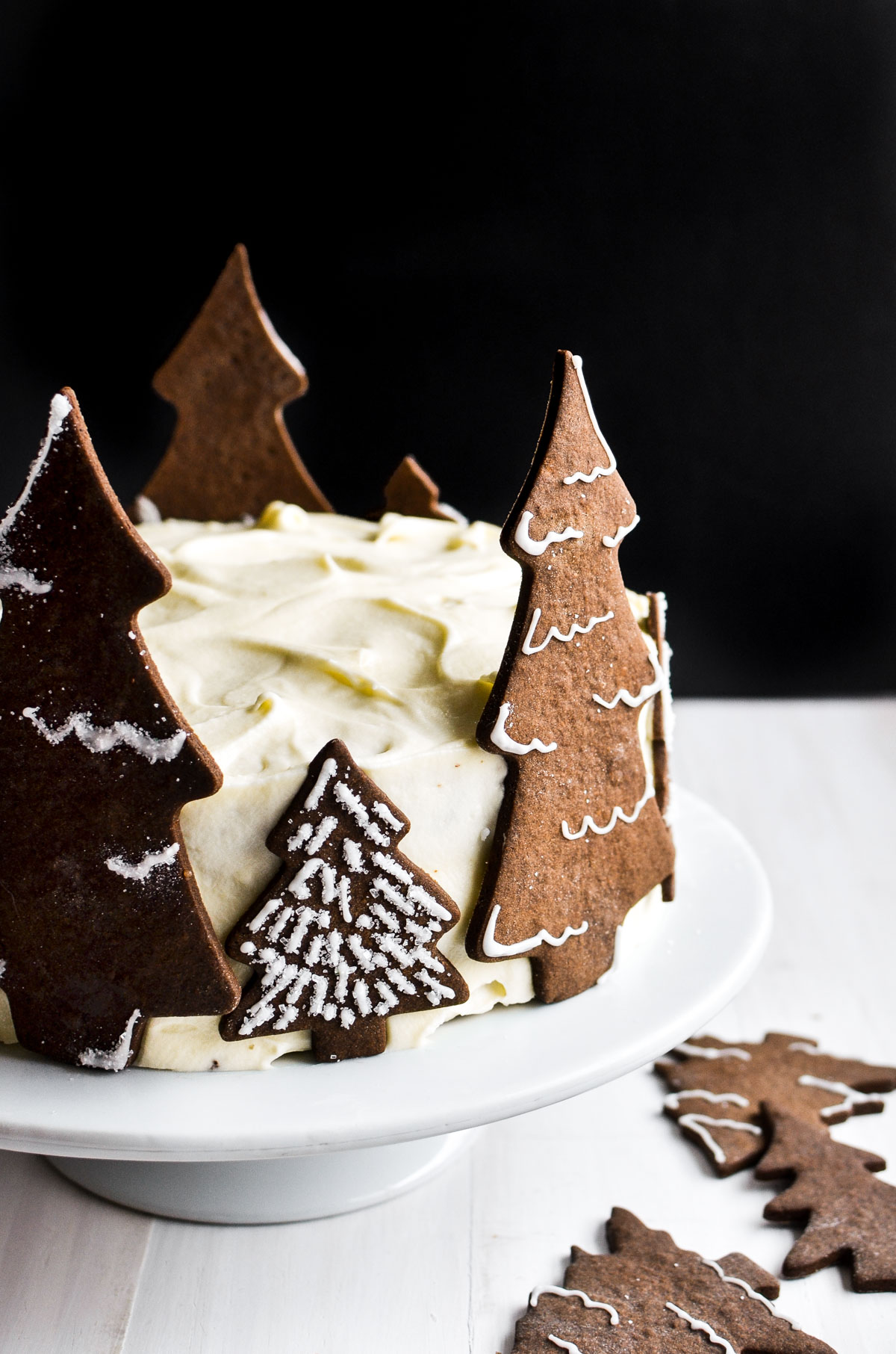 holiday gingerbread cake with cookies