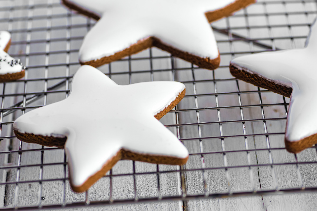royal icing on gingerbread stars