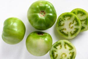 slicing green tomatoes