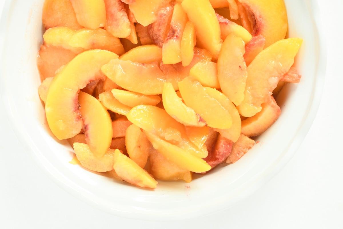 peaches in a pie plate