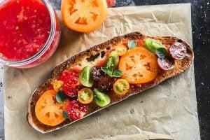making pan con tomate